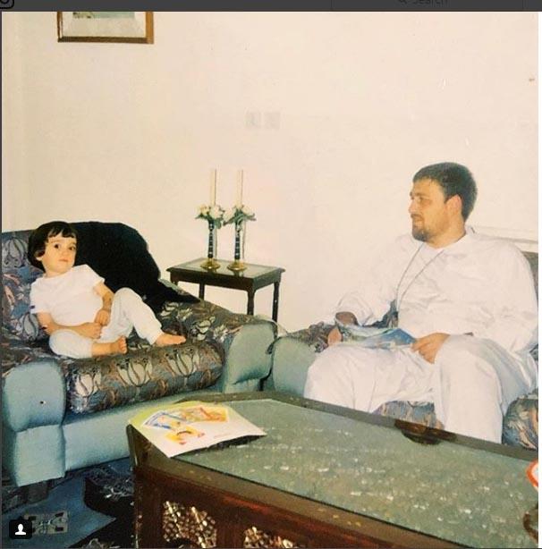 عکسی مربوط به سال ۱۳۷۹ وقتی احمد آقا ۲ ساله بود و روی مبل منزل مادر بزرگ پدری اش لم داده است
